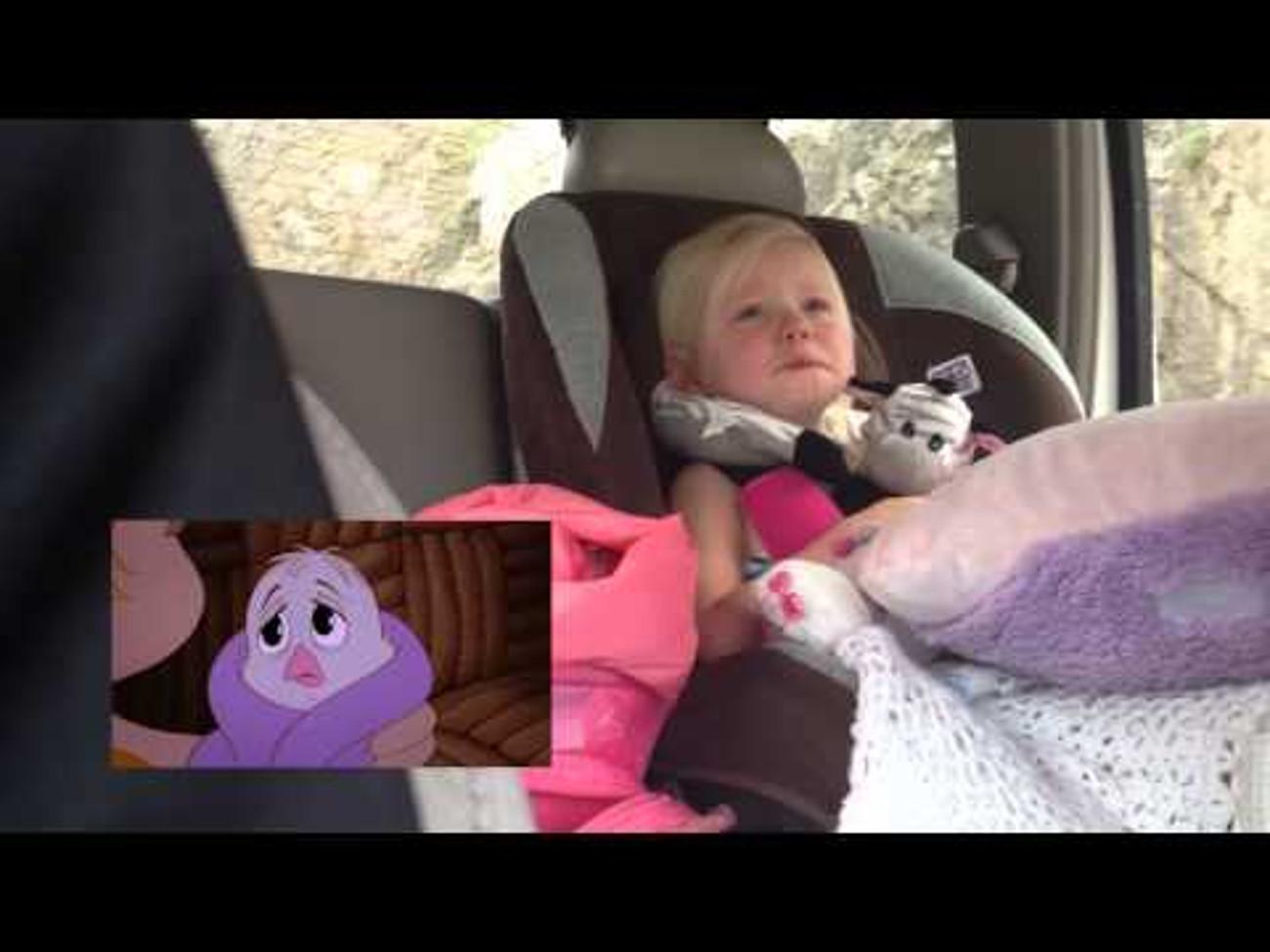 Une petite fille craque devant son dessin animé préféré