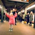 petite fille danse métro new-york