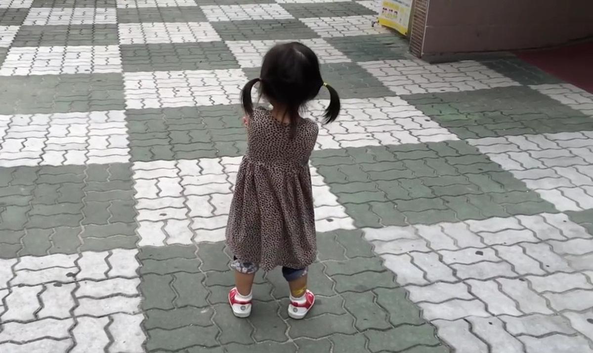 Comment emp cher une enfant de bouder diazmag - Comment empecher un chat de gratter a la porte ...