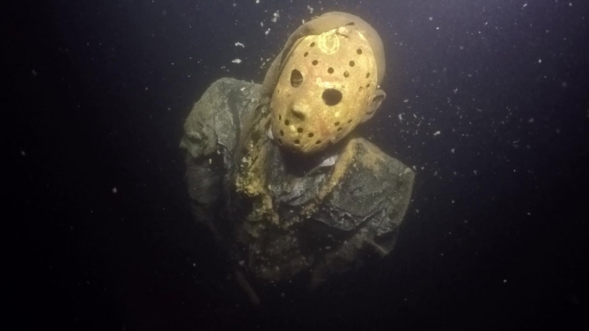 Une statue de jason voorhees au fond d 39 un lac diazmag for Christy motors crystal mn